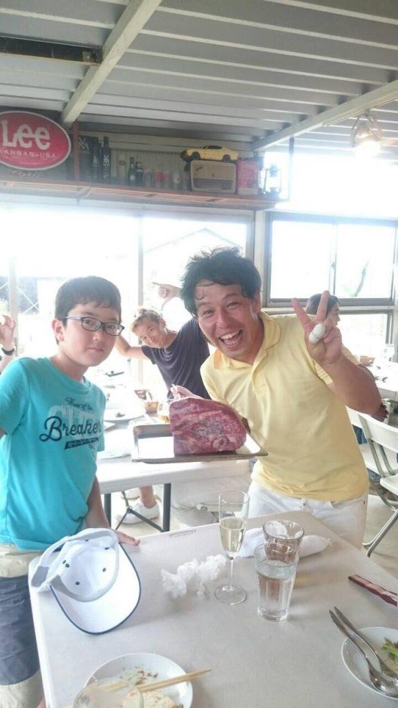 A4等級のお肉片手にキャルファーム神戸の大西さんも笑顔満開
